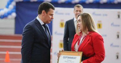 Дмитрий Миронов вручил олимпийской чемпионке Анастасии Галашиной сертификат на квартиру